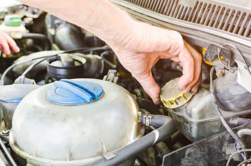 Mechanika ` s wręcza wykonywać samochodowego silnika czeka obrazy stock