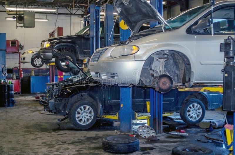 Mechanika sklep z pojazdami pracuje dalej zdjęcia royalty free