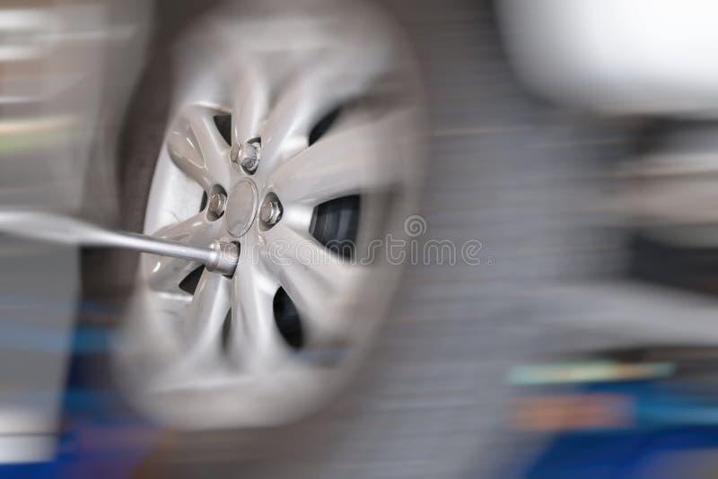 Mechanika zmieniać samochodowy toczy wewnątrz auto remontowego sklep żołnierza strzyżyk fotografia stock