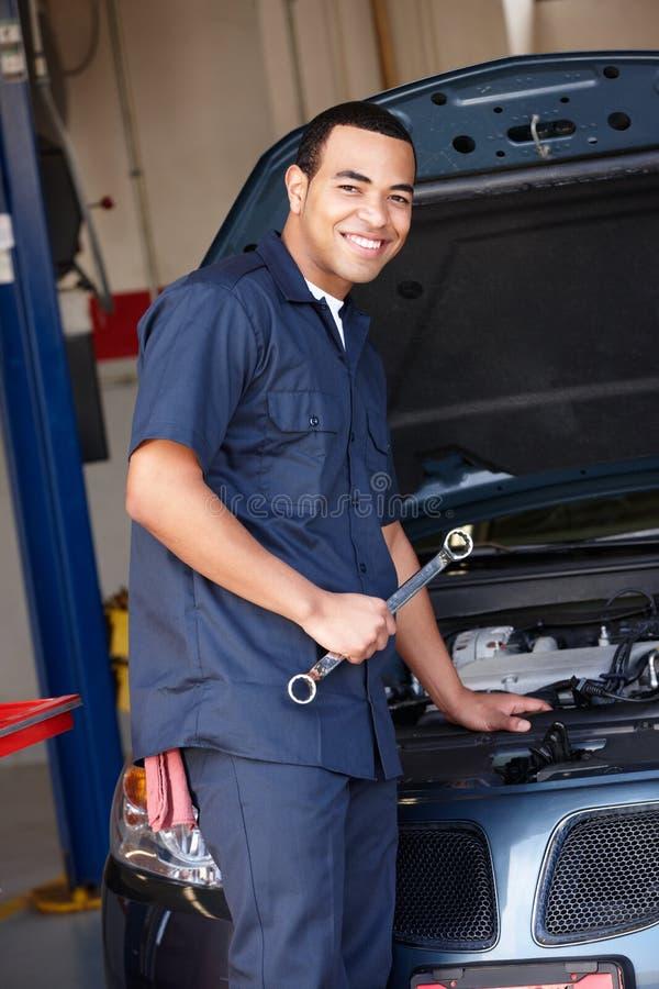 Mechaniker bei der Arbeit lizenzfreies stockbild