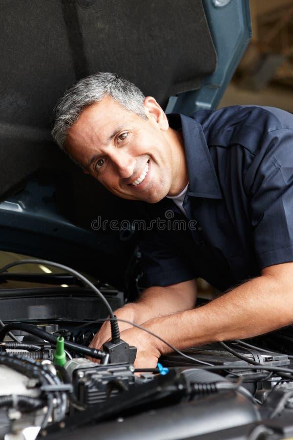 Mechaniker bei der Arbeit lizenzfreie stockfotografie