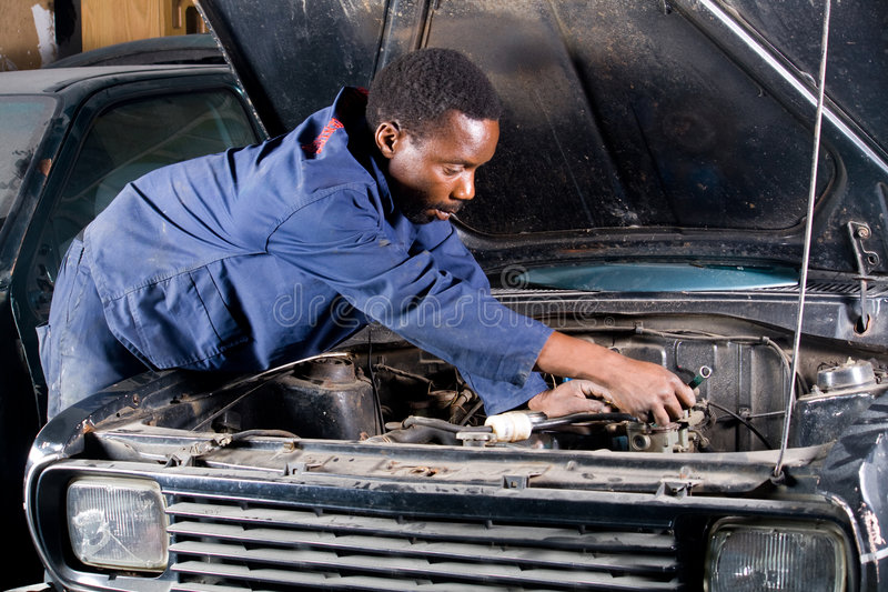 Mechaniker bei der Arbeit stockbild