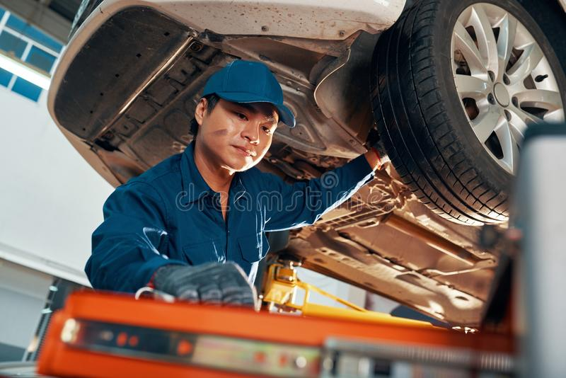 Mechaniker, der Auto kontrolliert stockbilder
