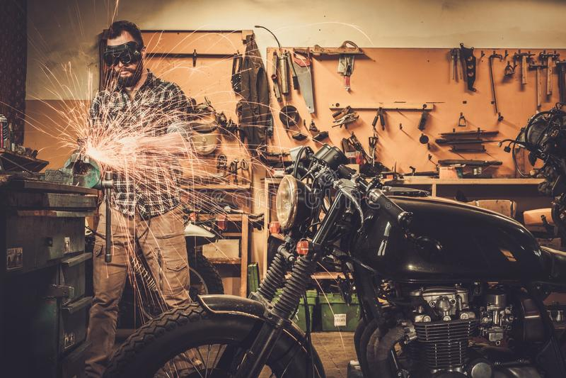 Mechaniker an der Motorradgewohnheitsgarage lizenzfreies stockbild