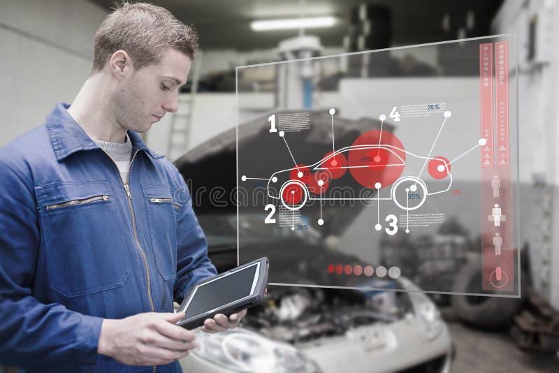 Mechaniker, der Tablette und futuristische Schnittstelle verwendet lizenzfreies stockbild