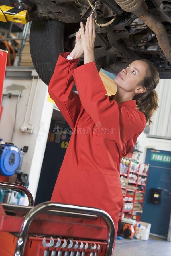 Mechaniker, der unter Auto arbeitet lizenzfreie stockbilder