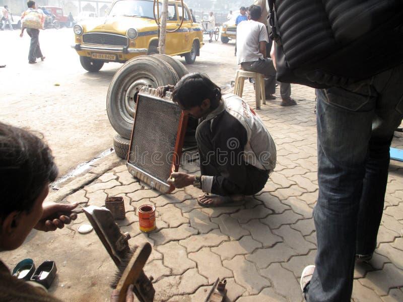 Mechaniker an der Werkstatt lizenzfreie stockfotos