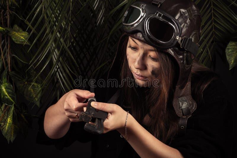Mechaniker des jungen Mädchens mit justierbarem Schlüssel lizenzfreie stockfotos
