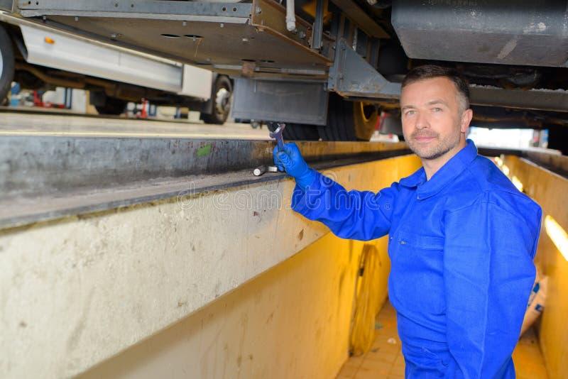 Mechaniker im linken Arm der Grube nicht sichtbar lizenzfreie stockfotografie