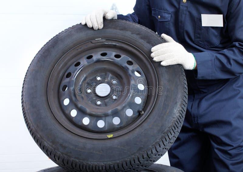 Mechaniker mit einem Rad stockbild