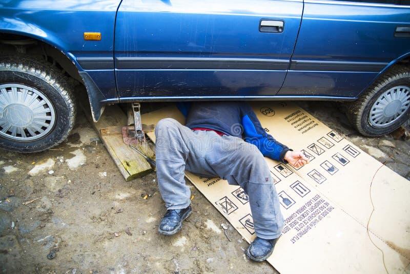 Mechaniker unter einem Auto lizenzfreies stockbild