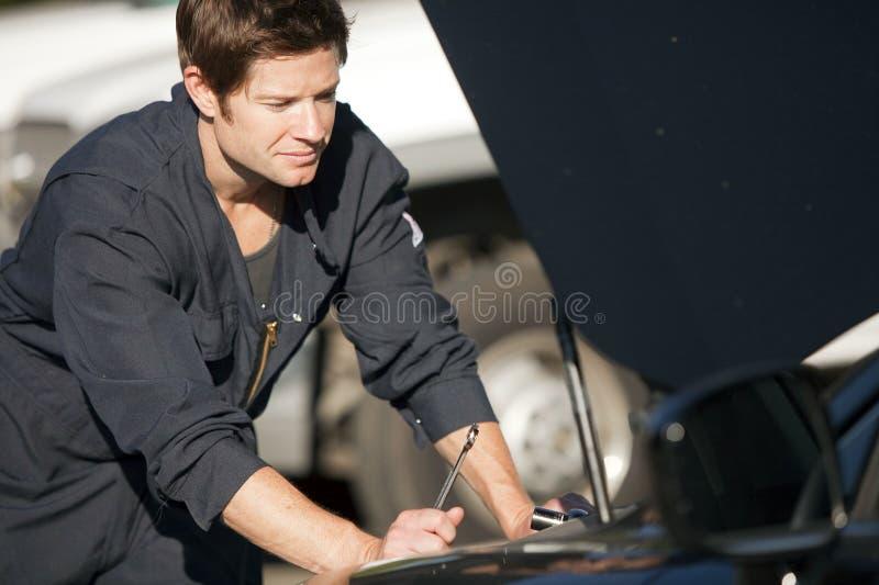 Mechanikerfestlegungauto stockfoto