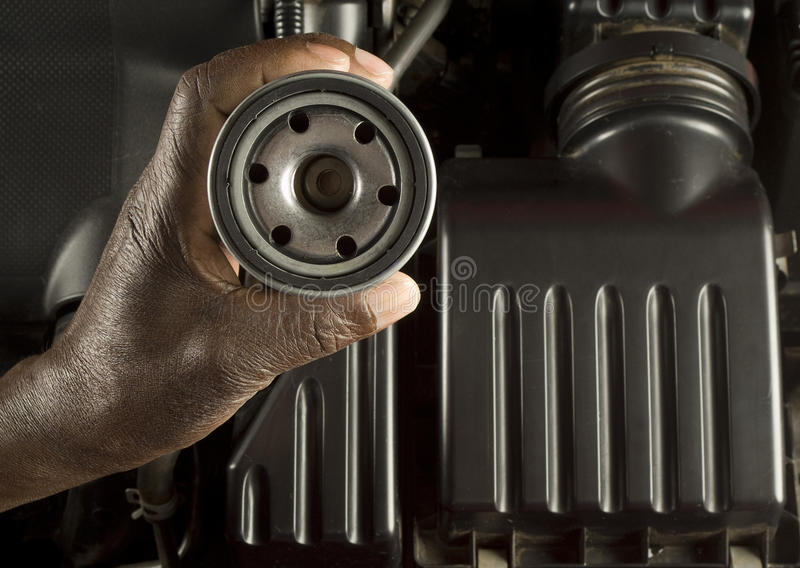 Mechanikerholding-Ölfilter lizenzfreies stockbild