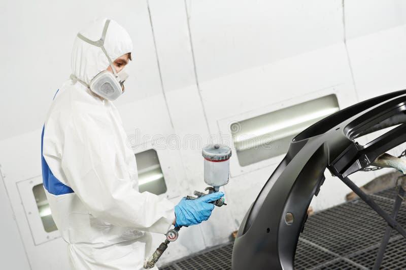 Mechanikerreparierenund Polierautoscheinwerfer lizenzfreie stockbilder