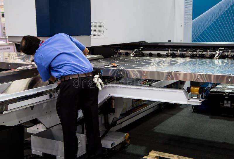 Mechanikerverlegenheit CNC-Maschine stockbilder