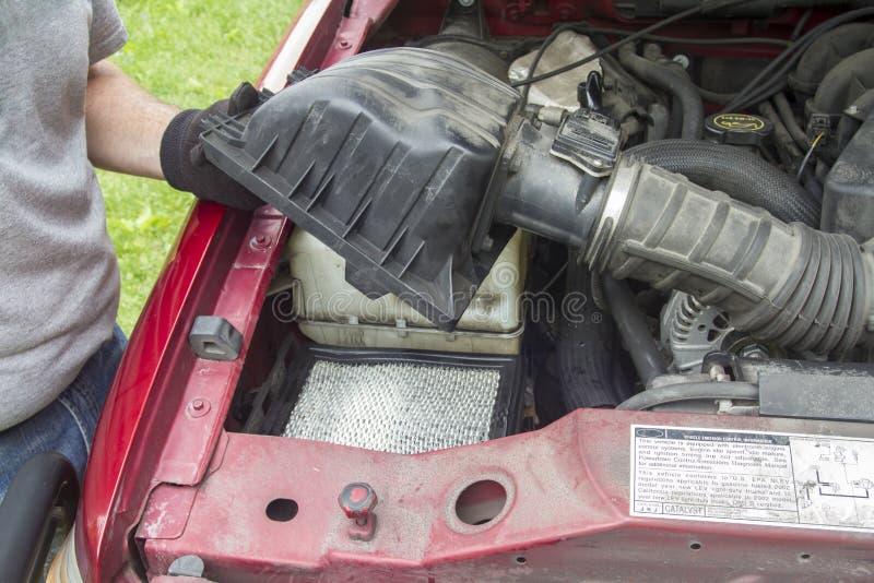 Mechanisch Checking een Luchtfilter op een Vrachtwagen royalty-vrije stock afbeelding