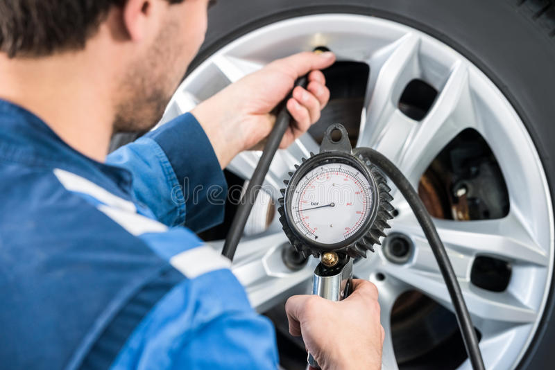 Mechanisch Checking Tire Pressure met Maat stock afbeelding