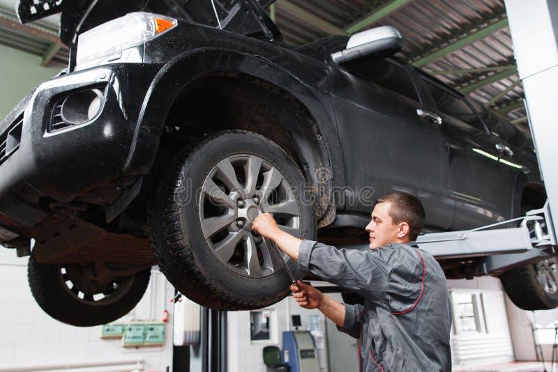 Mechanisch diagnosting autowiel met schroevedraaier stock afbeeldingen