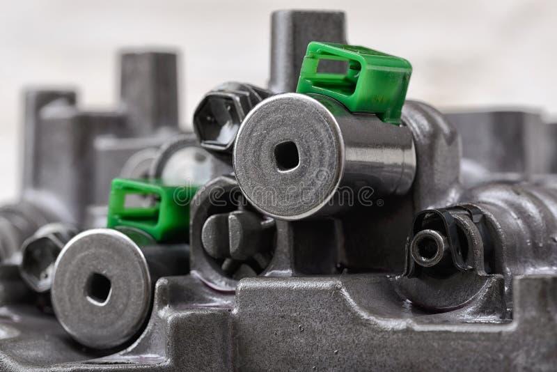 Mechanisch gedeelte met metaalcomponenten en hydraulische kleppen stock afbeeldingen