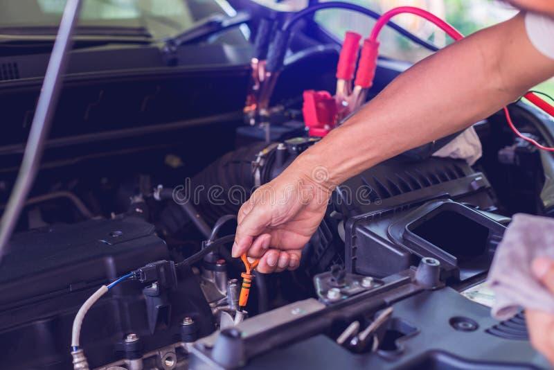 Mechanisch repareren van auto's met open kap, zijaanzicht van motorolie met mechanische controle in een auto met open kap. wazige  stock foto's