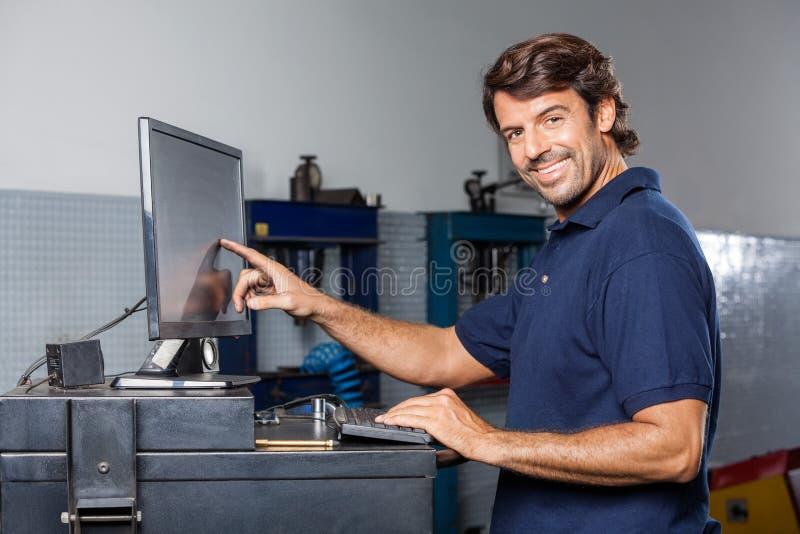Mechanisch Touching Computer Monitor in Reparatiewerkplaats royalty-vrije stock foto's