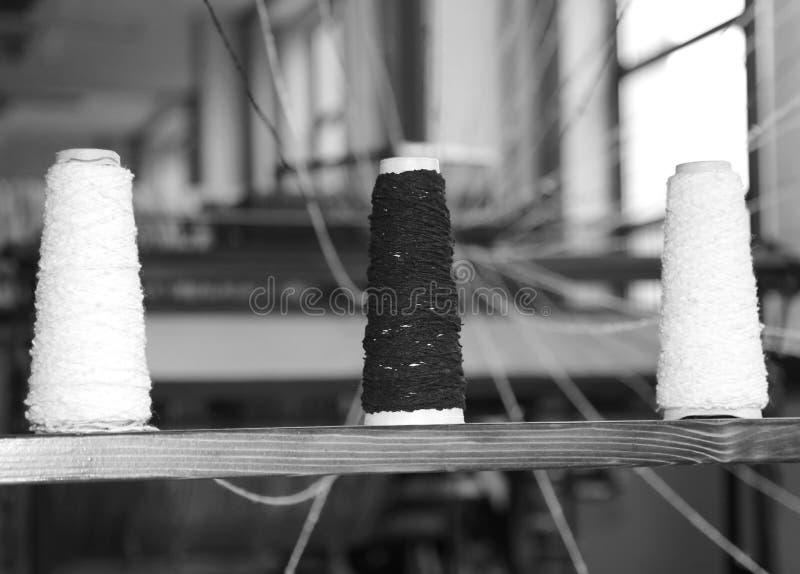 mechanisch weefgetouw voor de productie van stoffen met draad splolett royalty-vrije stock fotografie