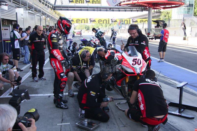 Mechanisch werkend kuileinde op de Fabriek van Aprilia RSV4 1000 met Aprilia die Team Superbike WSBK rennen stock fotografie