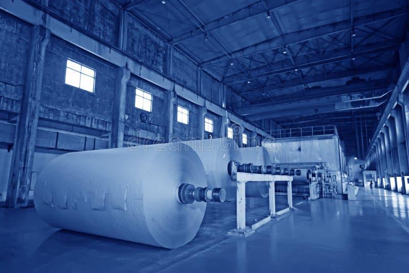 Mechanische apparatuur in een papierfabriekfabriek stock afbeelding