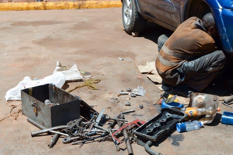 Mechanische auto in het volledige werken stock afbeeldingen