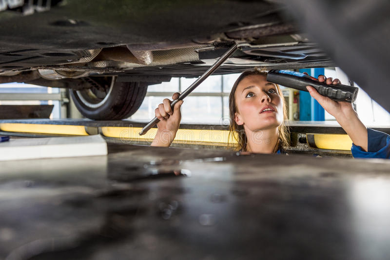 Mechanische With Flashlight Repairing-Auto op Hydraulische Lift stock foto's