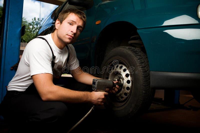 Mechanische het bevestigen auto in de autodienst stock afbeeldingen