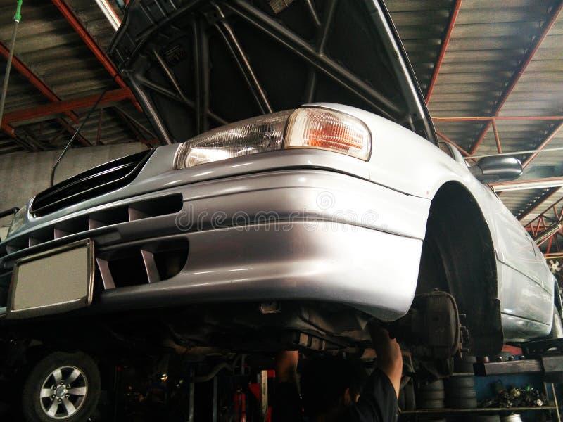 Mechanische het bevestigen auto op hijstoestel stock foto