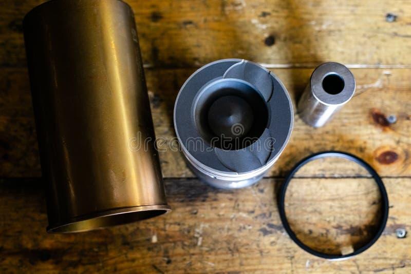 Mechanische hulpmiddelen voor auto de dienst en autoreparatie het isassemble voertuig van het motorblok Motor hoofdreparatie De d royalty-vrije stock foto's