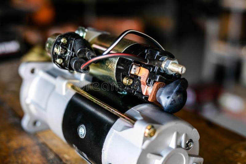 Mechanische hulpmiddelen voor auto de dienst en autoreparatie het isassemble voertuig van het motorblok Motor hoofdreparatie De d stock foto's