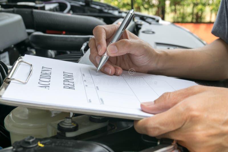 Mechanische Inspecting-schadeauto stock fotografie
