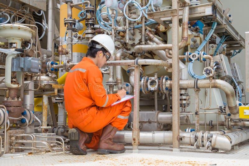 Mechanische Inspektorinspektion auf dem Gasturbinekompressor, zum einer anormalen Zustandes zu finden lizenzfreie stockfotos