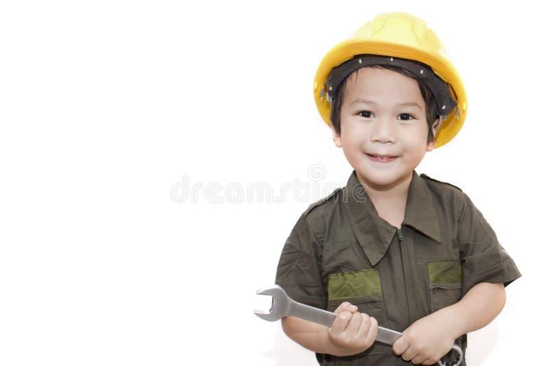 Mechanische jongen met hulpmiddelenmoersleutel op geïsoleerde witte achtergrond royalty-vrije stock foto