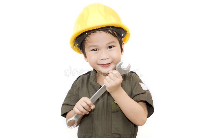 Mechanische jongen met hulpmiddelenmoersleutel op geïsoleerde witte achtergrond stock afbeeldingen