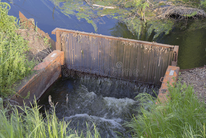 mechanische reiniging van afvalwater in het meer royalty-vrije stock foto's