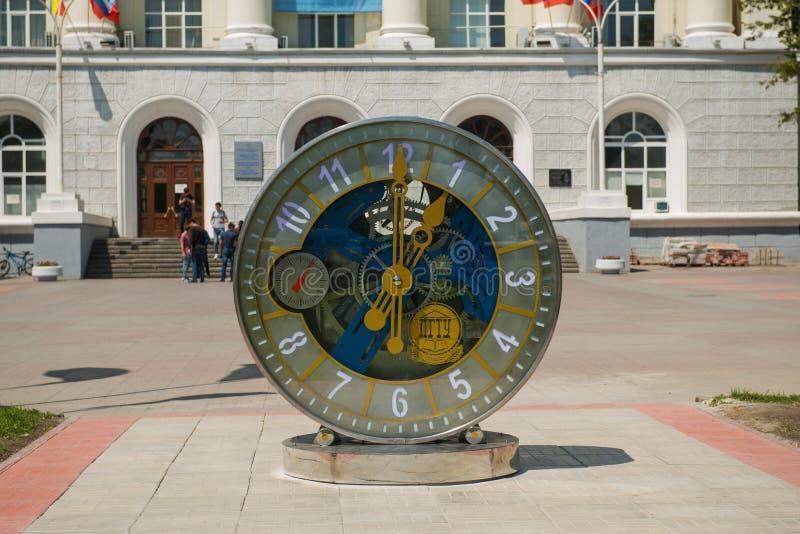 Mechanische Uhr vor der Universität in Rostov On Don lizenzfreie stockfotos