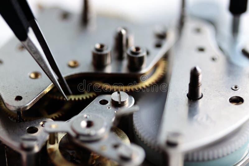 Mechanisches Uhrwerk nach innen stockfotos