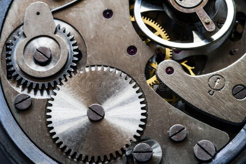 Mechanisme van oude mechanische horloges met een slinger, toestellen en andere details stock foto's