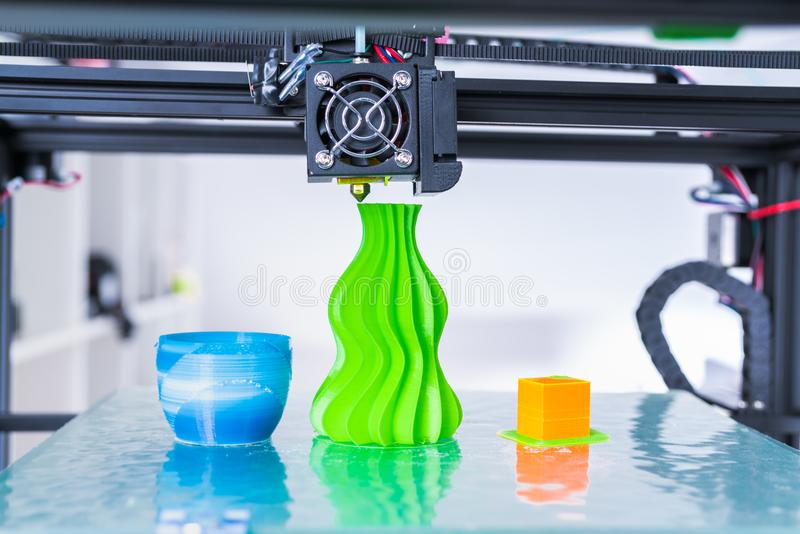 Mechanismus des Druckers 3d, der während der Prozesse arbeitet Modernes Drucken 3d lizenzfreies stockbild