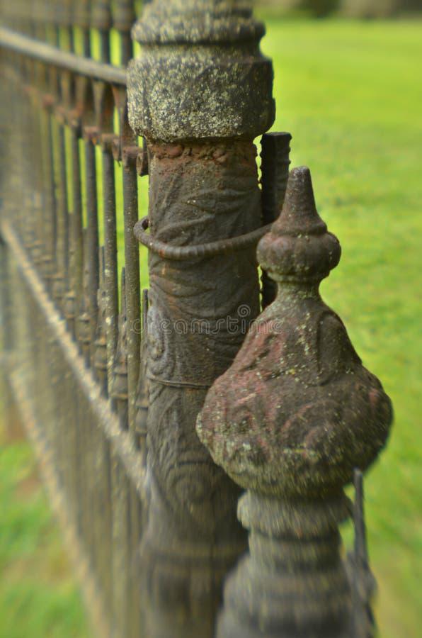 Mechaty wietrzejący rocznika żelaza ogrodzenie obrazy royalty free