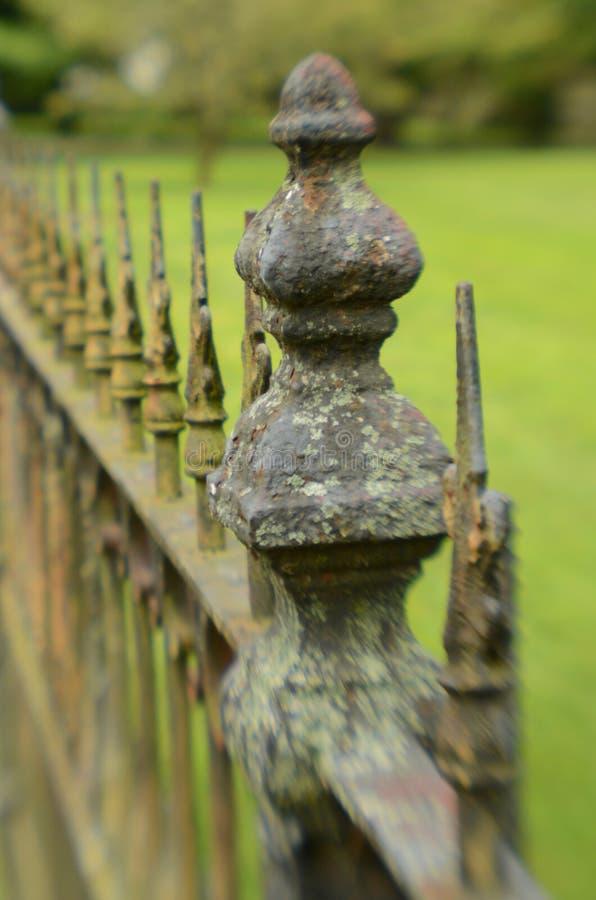 Mechaty wietrzejący rocznika żelaza ogrodzenie zdjęcia stock