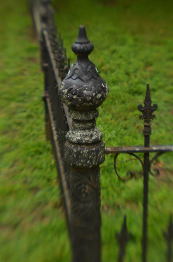 Mechaty wietrzejący rocznika żelaza ogrodzenie obrazy stock