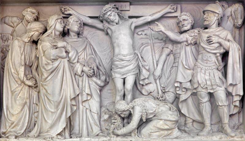 Mechelen - πέτρινη ανακούφιση η σταύρωση του Ιησού στην εκκλησία η κυρία μας πέρα από de Dyle στοκ φωτογραφία