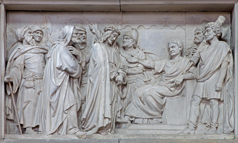Mechelen - πέτρινη ανακούφιση Ιησούς από Pilate στην εκκλησία η κυρία μας πέρα από de Dyle στοκ φωτογραφία