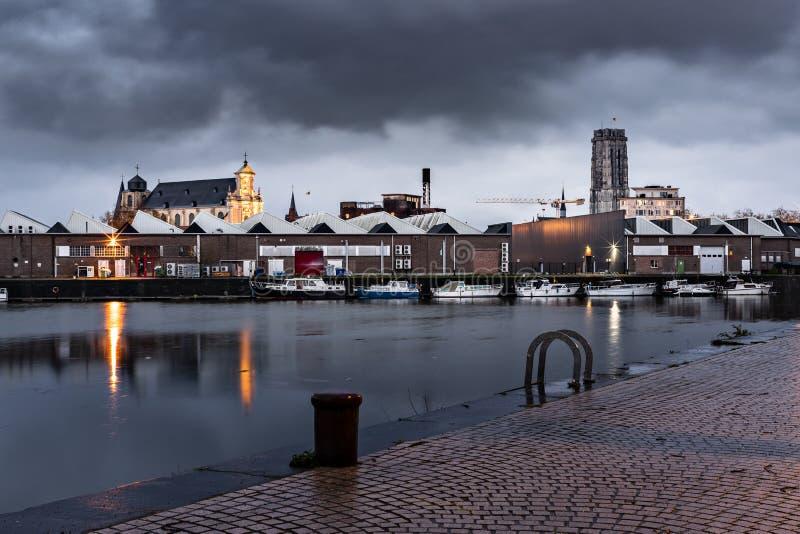 Mechelen, België - April 2, 2019: Towesr van de Kathedraal van heilige-Rombuld en de Beguinage-Kerk bij blauw uur stock foto's