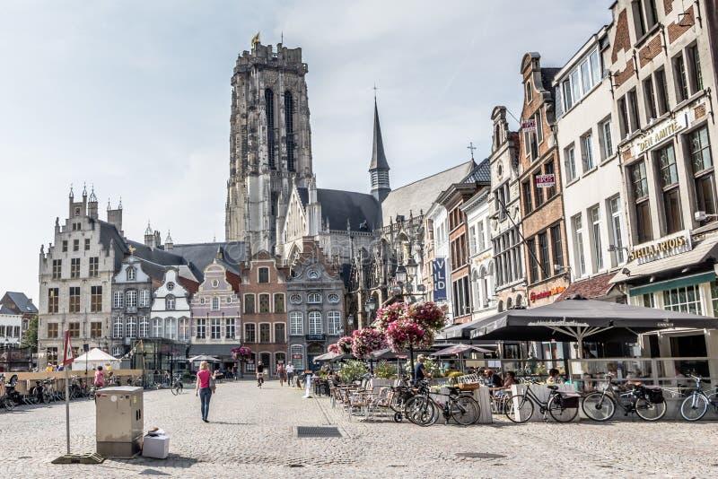 MECHELEN, BELGIË, - 13 AUGUSTUS, 2015: Marktvierkant en kathedraal stock foto's
